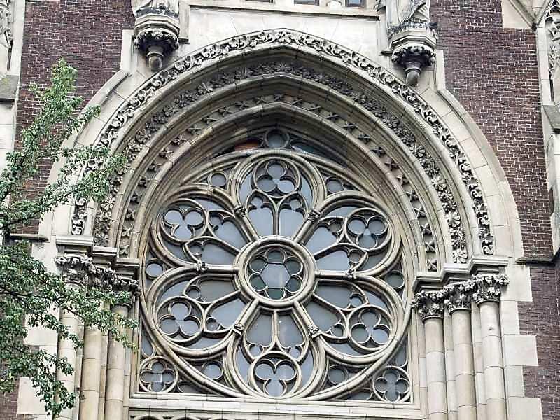 2007 р. Центральне вікно головного…