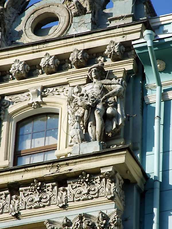 Вікно верхнього поверху + скульптура…