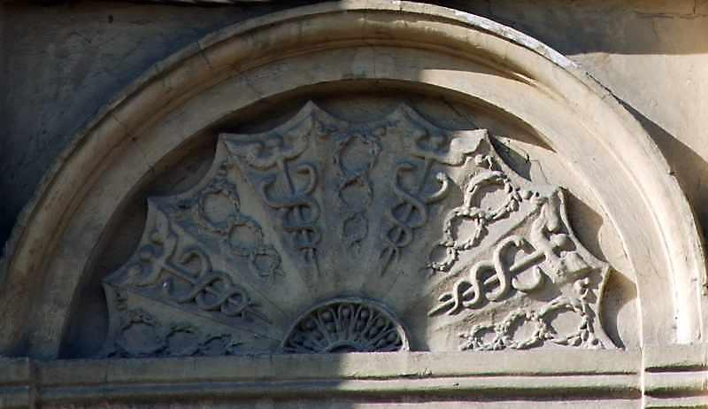 Тимпан вікна з рельєфом