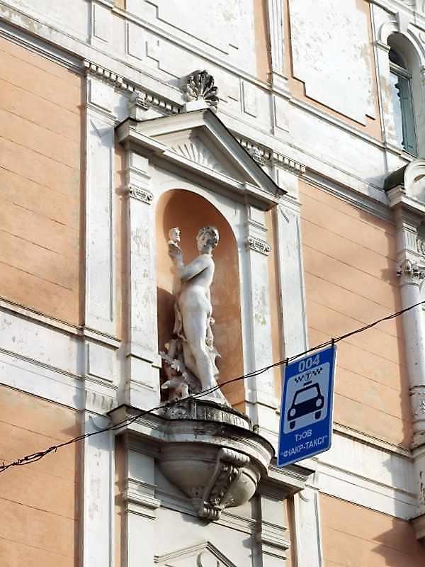 Ніша зі скульптурою