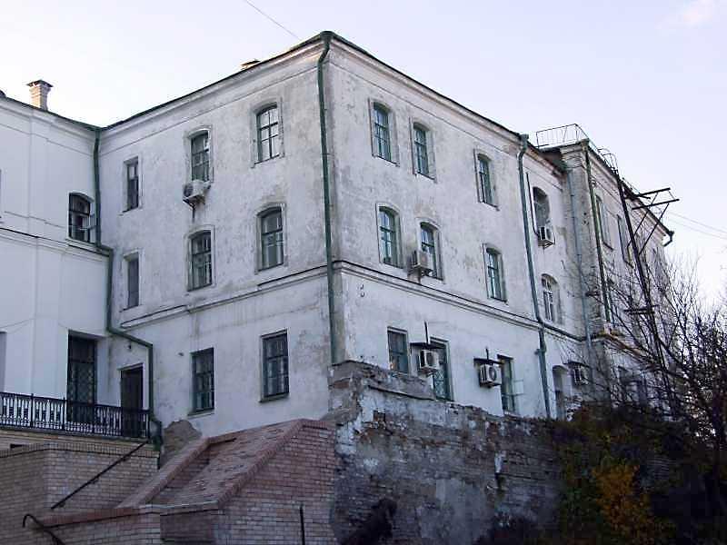 Справа видно східний фасад просфорні (№ 11)