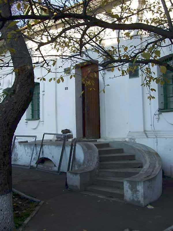 2008 р. Вхід на західному фасаді.…