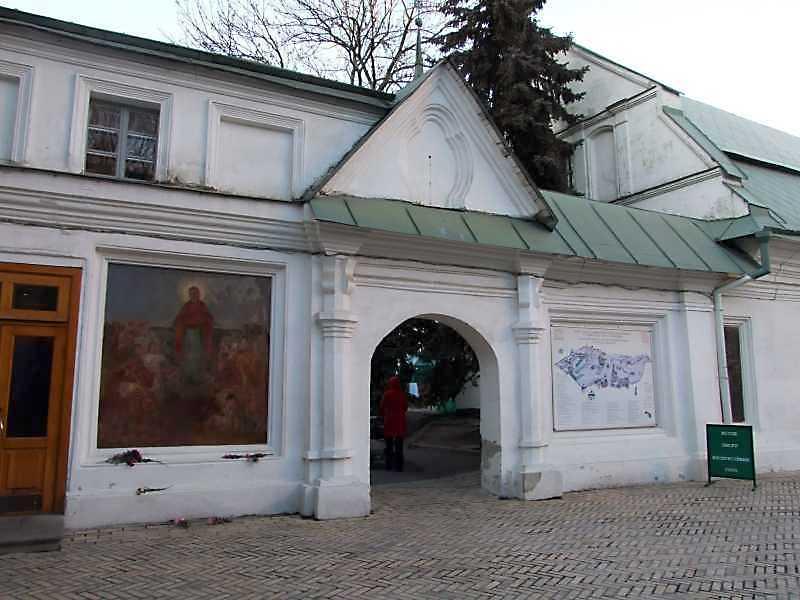 Брама больничного монастиря