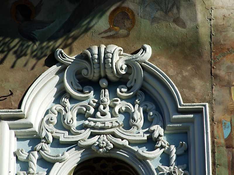 Рельєфний декор арки