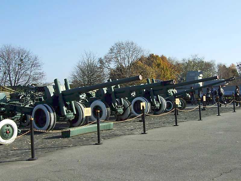 2008 р. 122-мм гармата А-19, 152-мм гаубиця МЛ-20, 122-мм гармата А-19 (ще одна), 100-мм…
