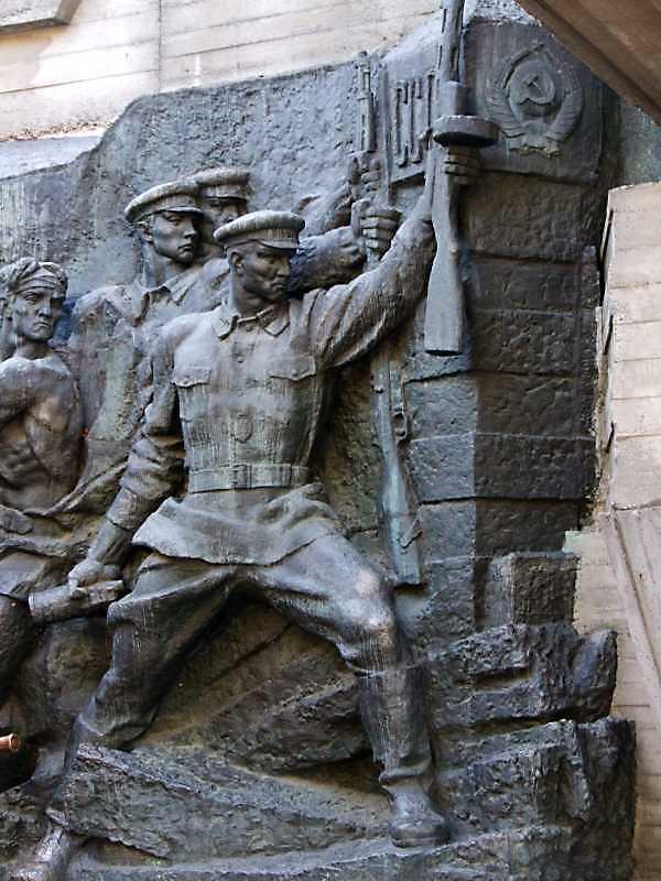 Права група (бійці з гвинтівками та ППШ)