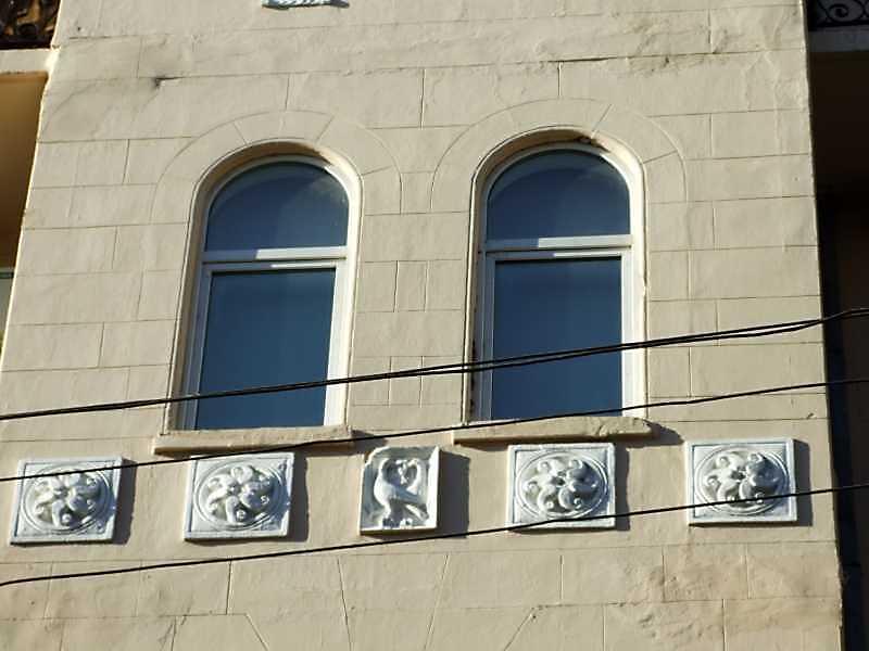 Рельєфні вставки центрального ризаліту, 4-й поверх