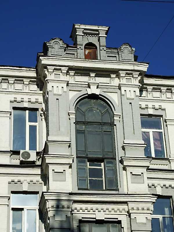 Вікно 4-го поверху і фронтон