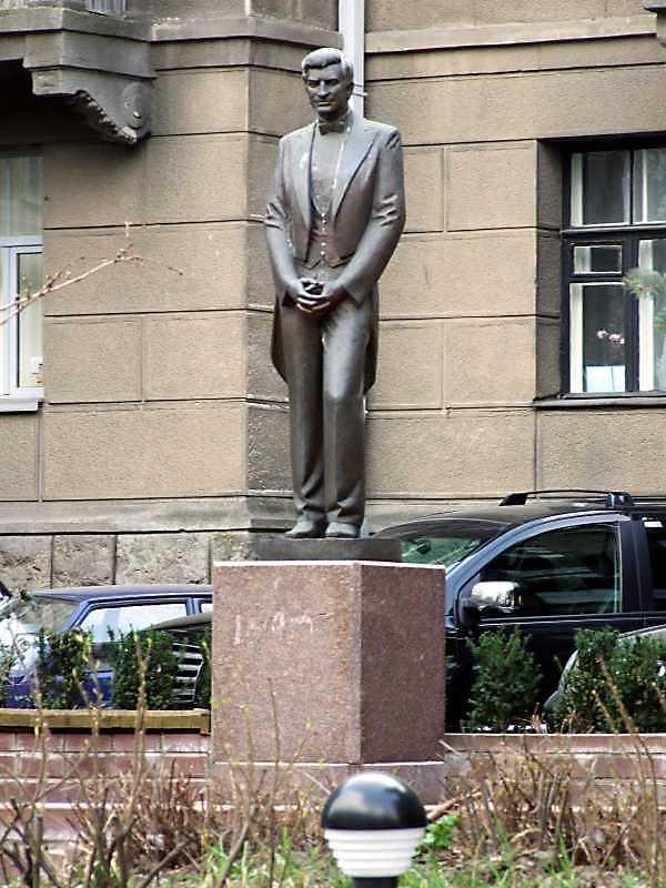 Пам'ятник А.Б.Солов'яненку (№ 16)