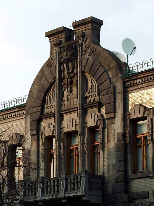 Центральний фронтон