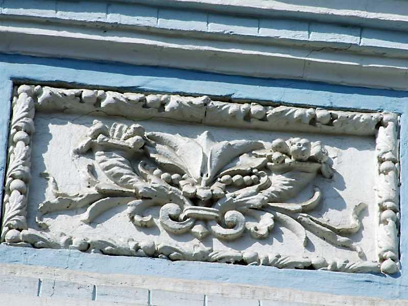 Рельєфна вставка над вікном 2-го поверху