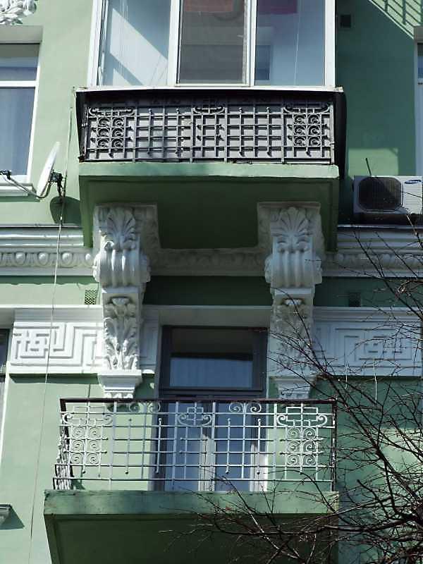Балкон 5-го поверху і консолі балкону 6-го поверху