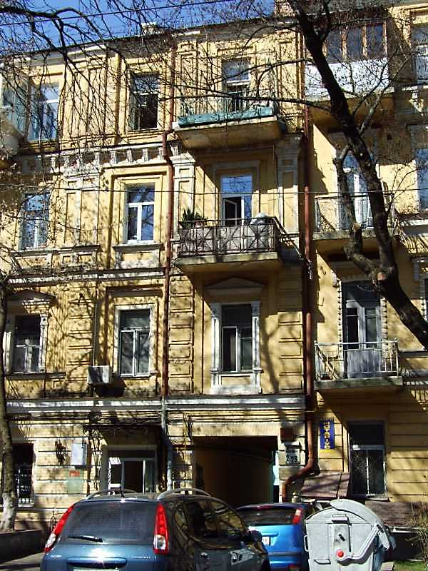 2009 р. Центральна частина фасаду по вул. Леонтовича