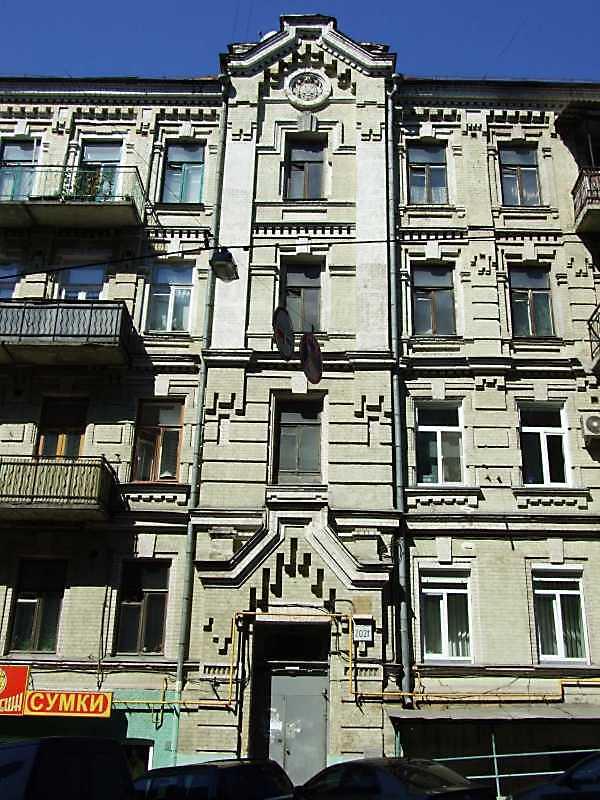 2009 р. Центральна частина фасаду по…