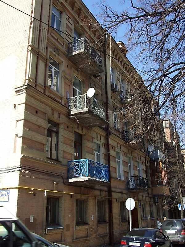 2009 р. Головний фасад у ракурсі