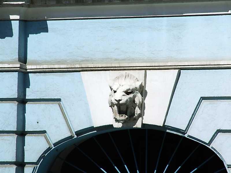Замковий камінь проїзду з маскою лева