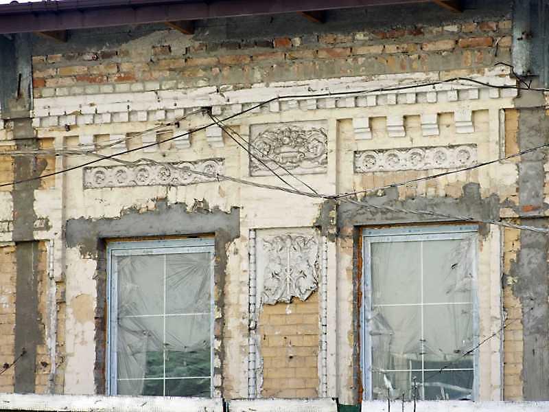 Фрагмент фасаду із залишками декору