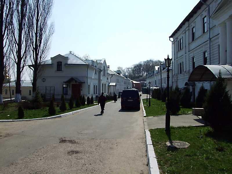 2009 р. Перспектива головної вулиці з півночі на південь (зліва – № 98, 64а, справа – № 56, 65)
