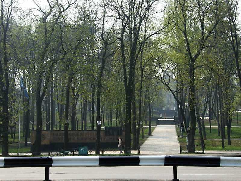 2009 р. Головна алея парку з перспективою на головний корпус