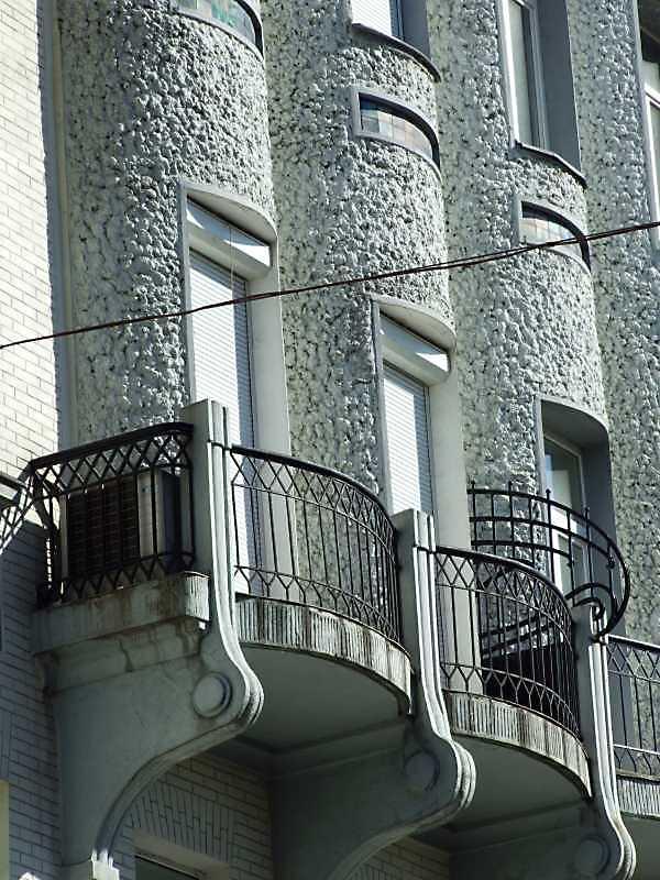 Еркери з балконами