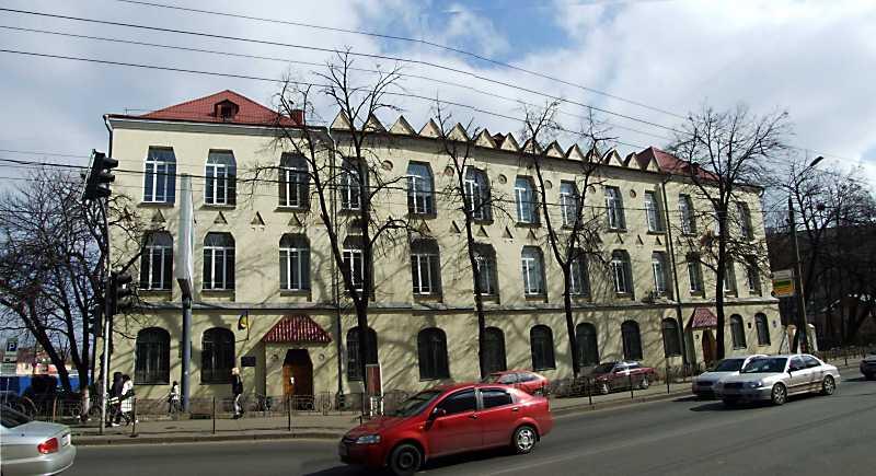Училище ім. С. Ф. Грушевського працює в Києві на вул. Фрунзе, 164.