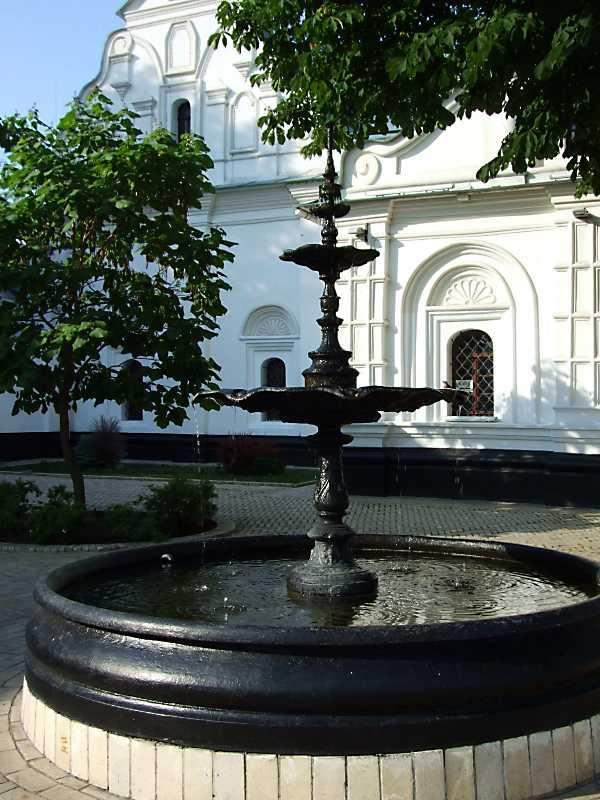 Фонтан біля Ковнірівського корпусу