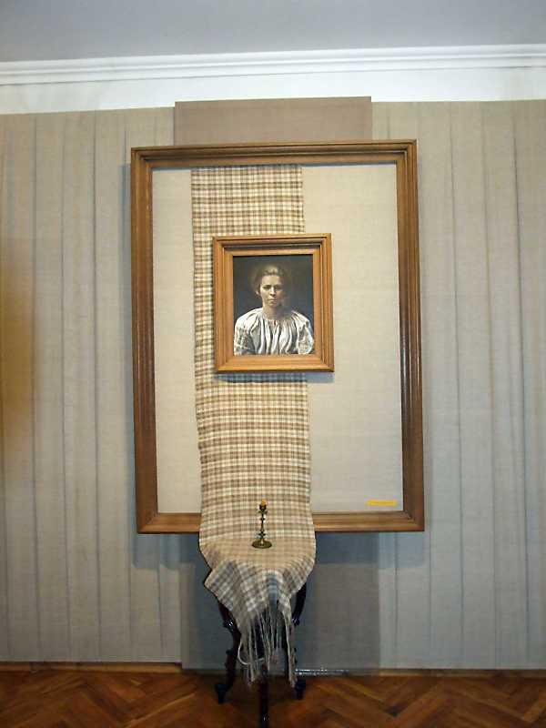 Фрагмент експозиції з портретом Лесі…
