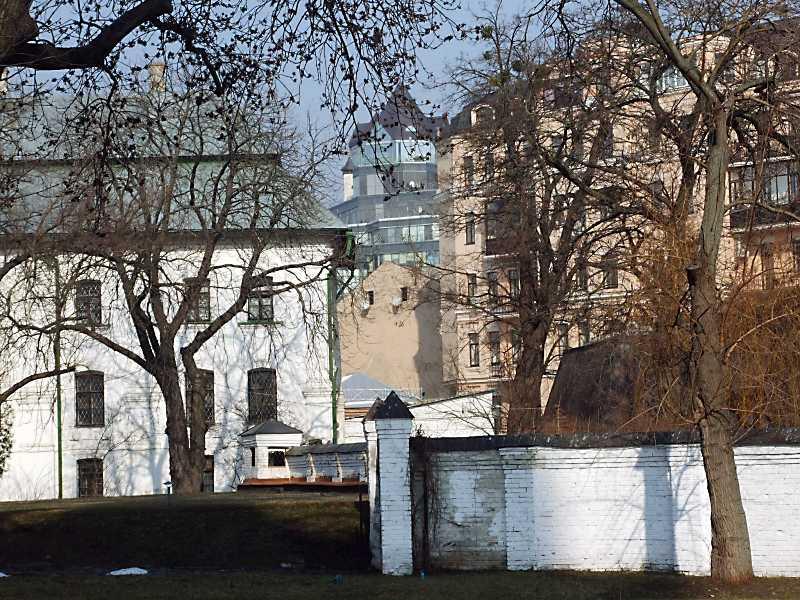 2012 р. Фрагмент бурси на тлі будинку…