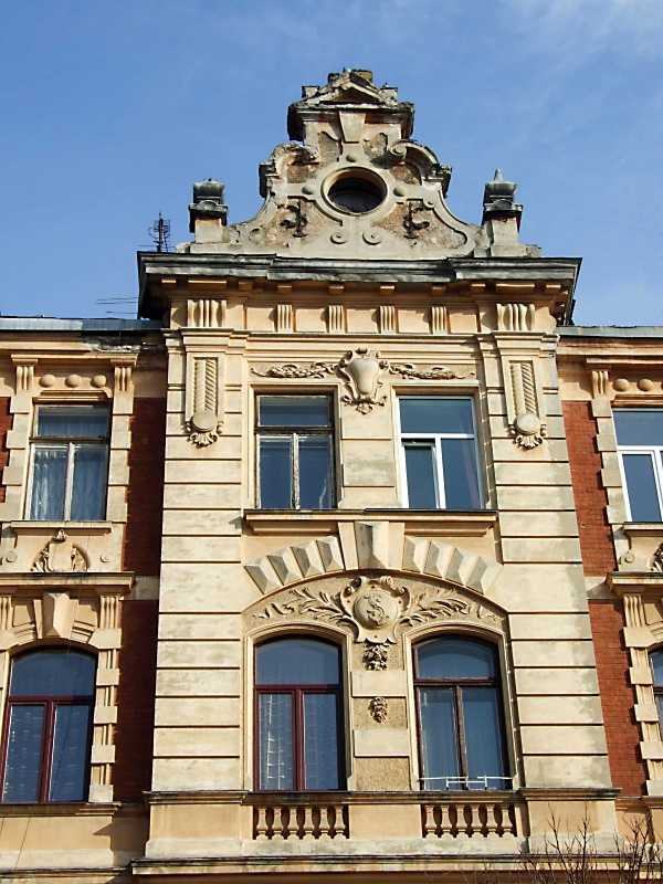 Центральна частина головного фасаду