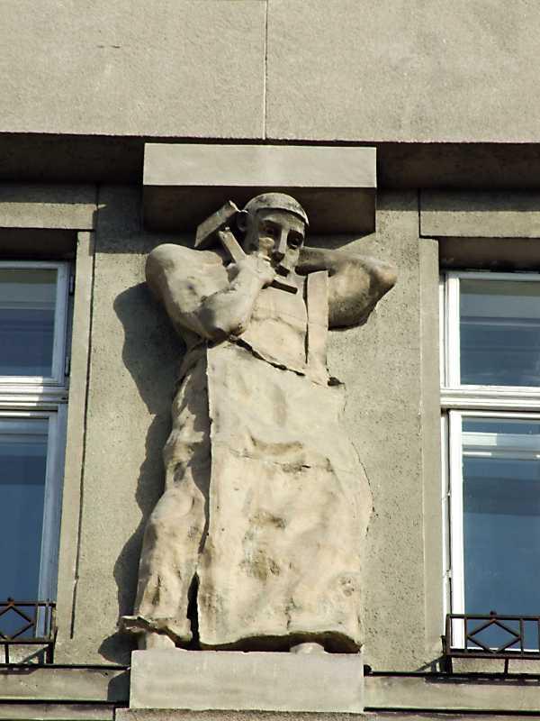 Скульптура 1 на фасаді