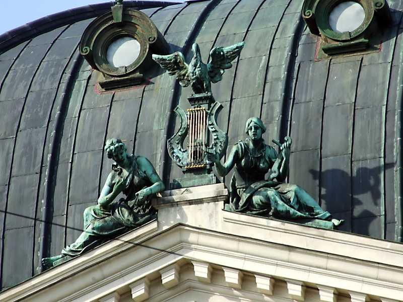 Скульптурна група на фронтоні