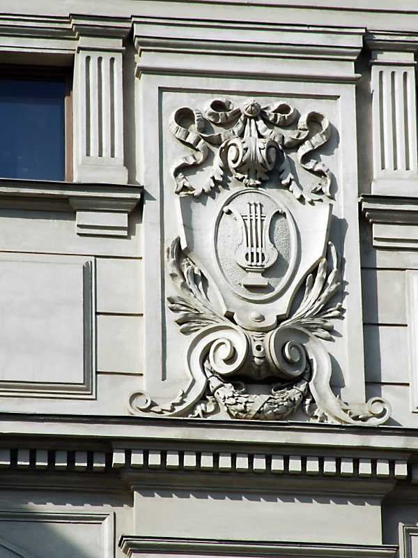 Гербовий щит у простінку 4-го поверху