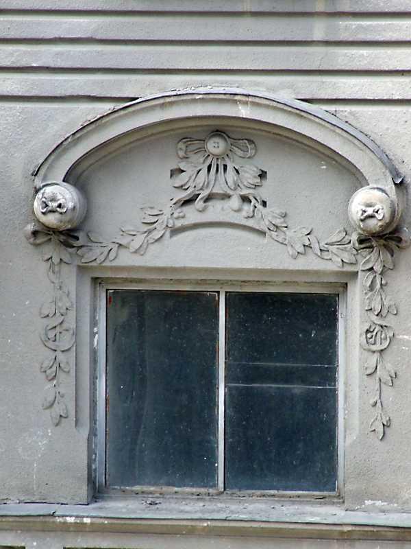 Вікно сходової клітки з рельєфним декором
