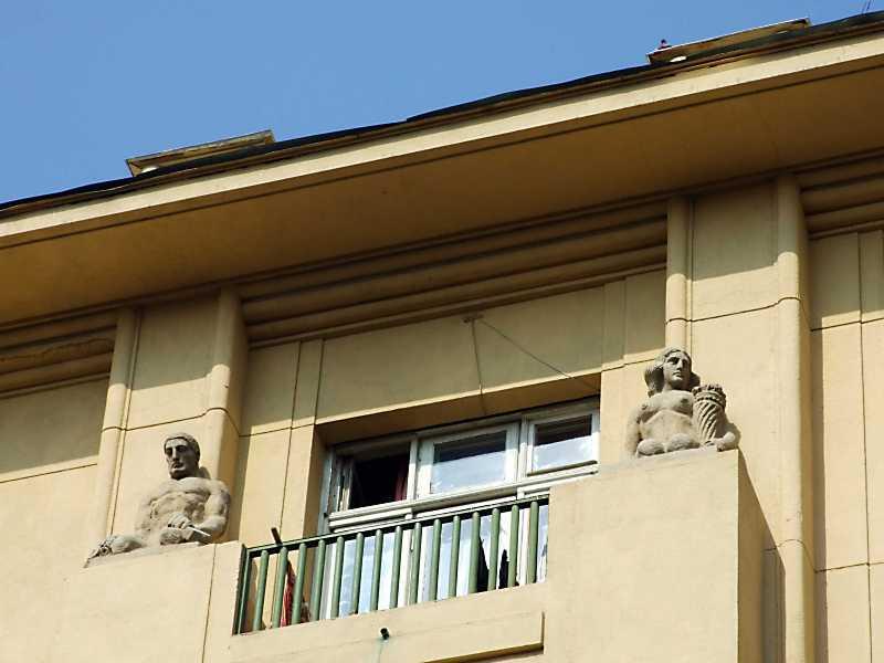 Сецесійні скульптури на 5-у поверсі (2)
