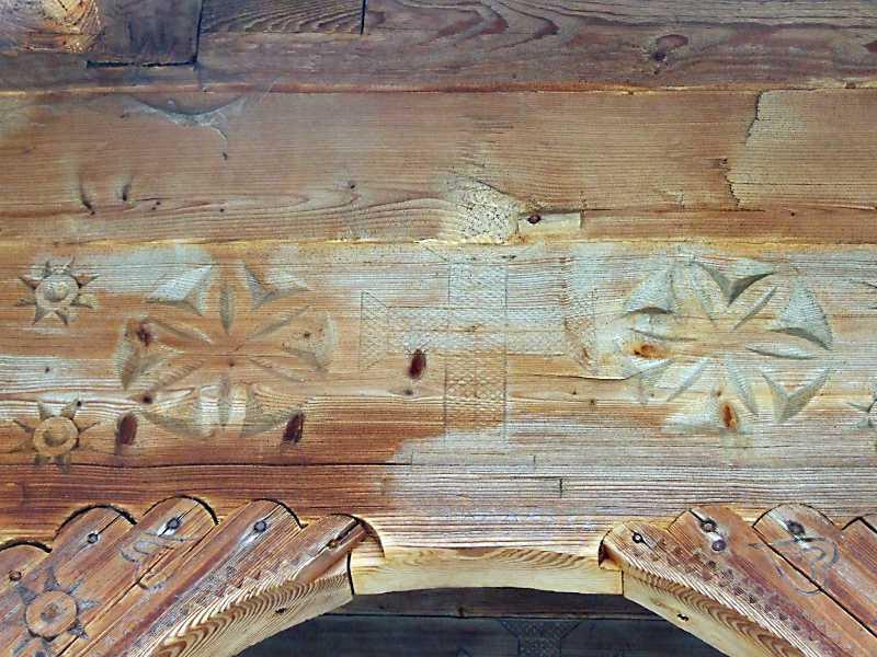 Різьбленнянад луком арки
