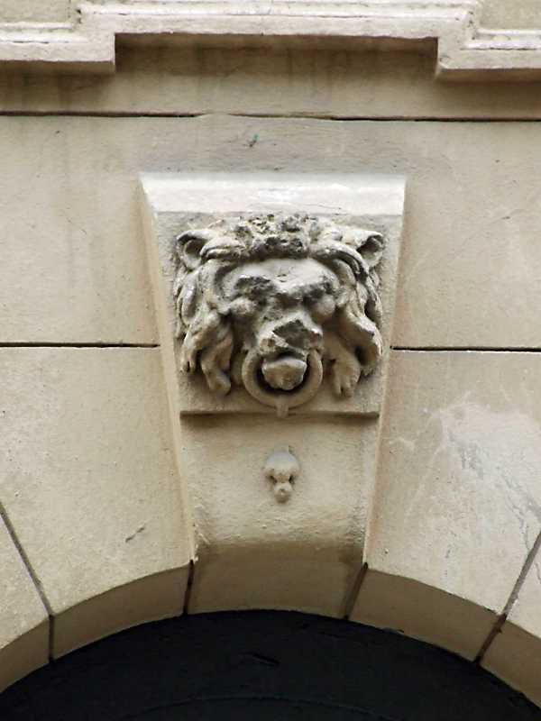 2012 р. Маскарон лева над входом
