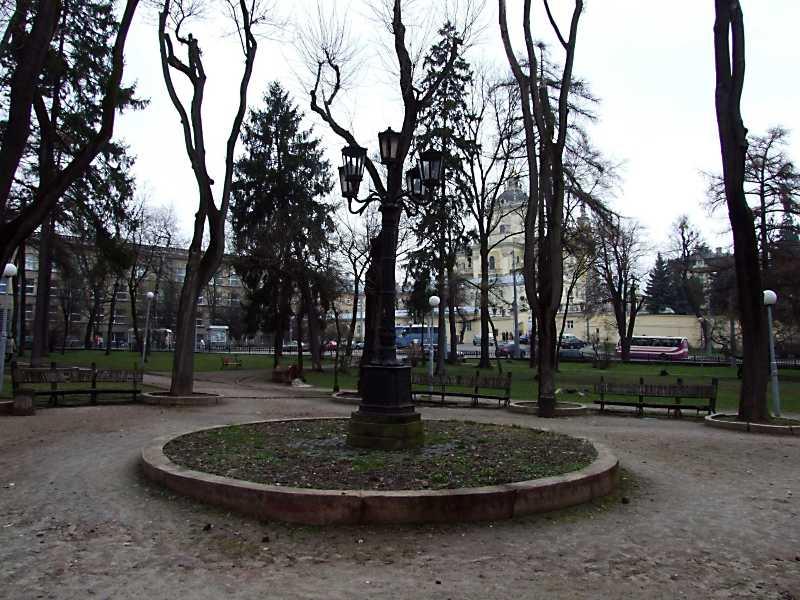 2012 р. Парк в центрі площі