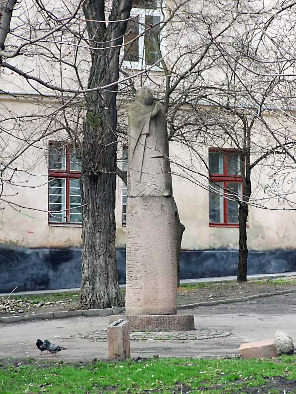 2012 р. Скульптура у скверику на розі…