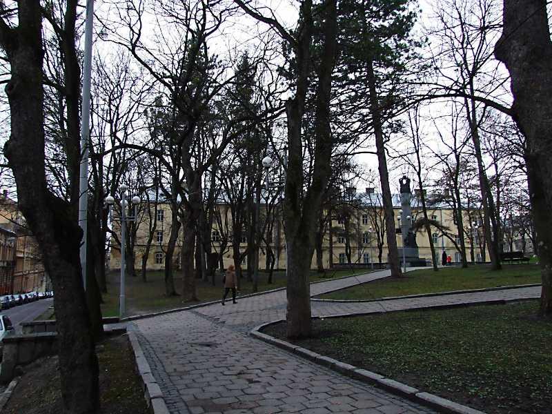 2012 р. Панорама площі з пам'ятником…