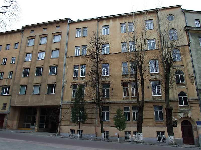 В будинку із сучасною адресою вул. Озаркевича, 2а від 1904 р. містилась бурса (гуртожиток) митрополичого дому. В 1915 – 1916 роках тут розміщувався госпіталь для січових стрільців, у якому в листопаді 1915 – березні 1916 років жив Іван Франко.