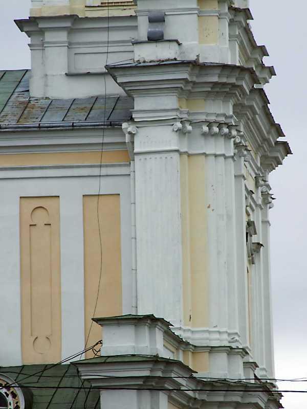 Верхній ярус головного фасаду в ракурсі