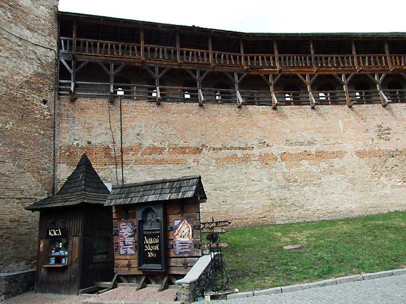 Фрагмент Надбрамної башти і північного муру. Вигляд з півдня
