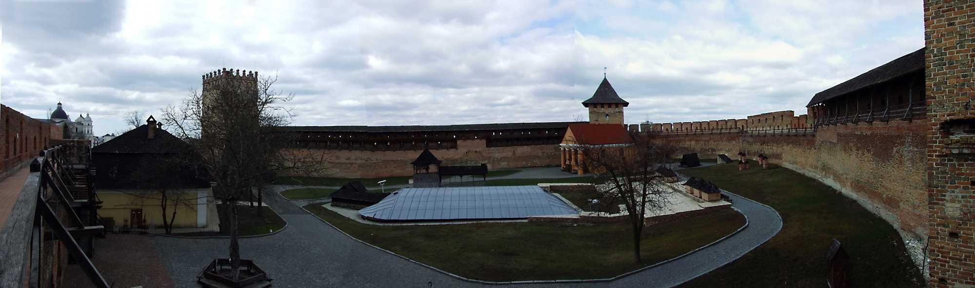 2012 р. Панорама двора замку з південного муру