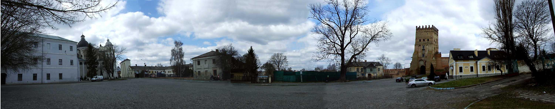 2012 р. Панорама площі перед замком з півдня