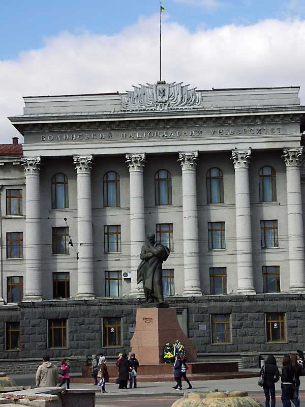 Пам'ятник Т.Шевченку на тлі будинку…