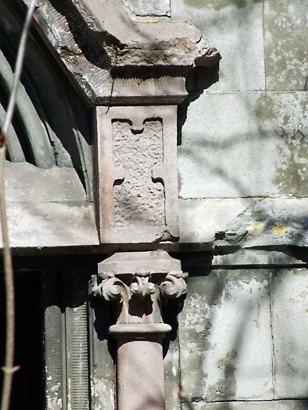 Капітель пілястри і фрагмент фронтону