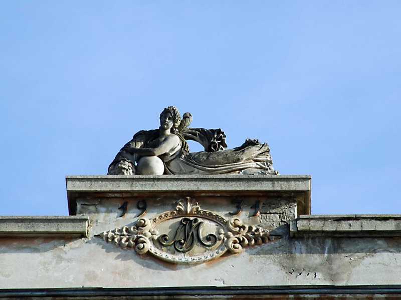 Скульптура Фортуни на фронтоні
