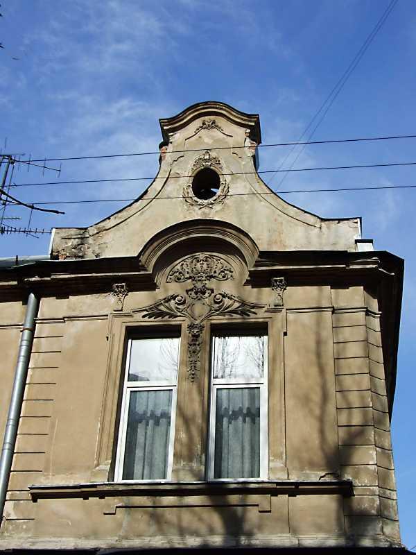 Вікно 2-го поверху та фронтон