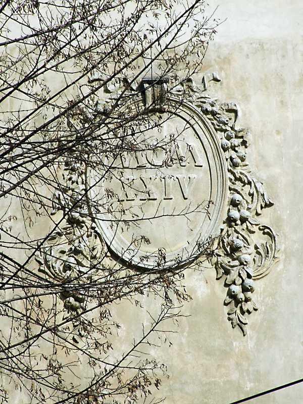 2013 р. Рельєфний картуш з датою 1924 р.