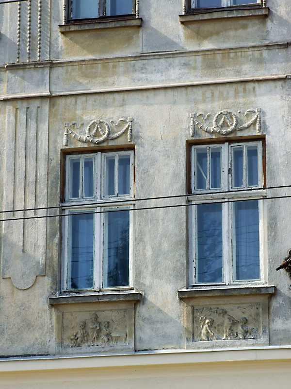 Вікна 2-го поверху з рельєфами